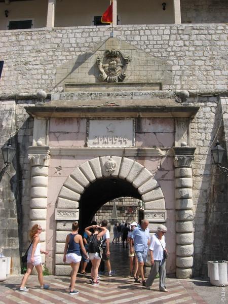 """Морские ворота. \""""21 XI 1944\"""" - мемориальная табличка с датой освобождения от фашистов"""