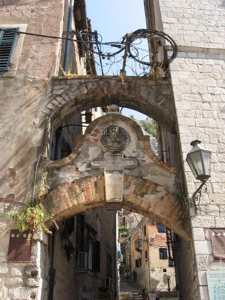 За этой аркой начинается главное развлечение Котора - подъем к форту Св. Ивана