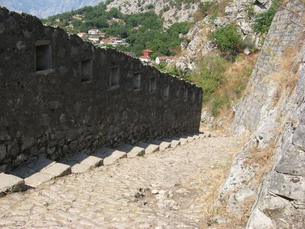 На высоту 260 метров ведет довольно крутая осыпающаяся лестница