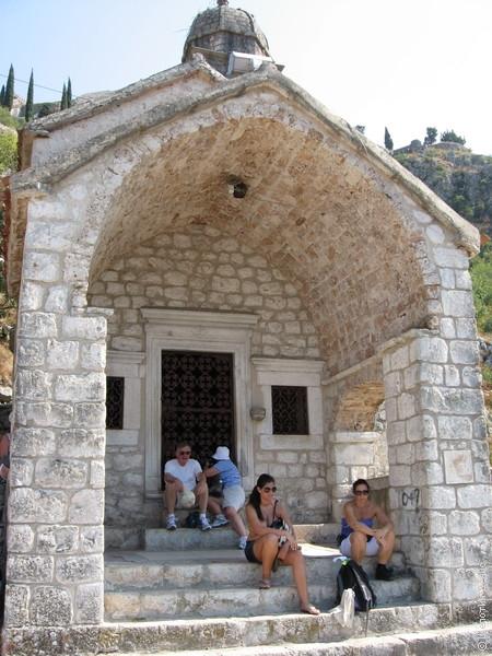 В середине пути можно передохнуть на крылечке церкви Богоматери