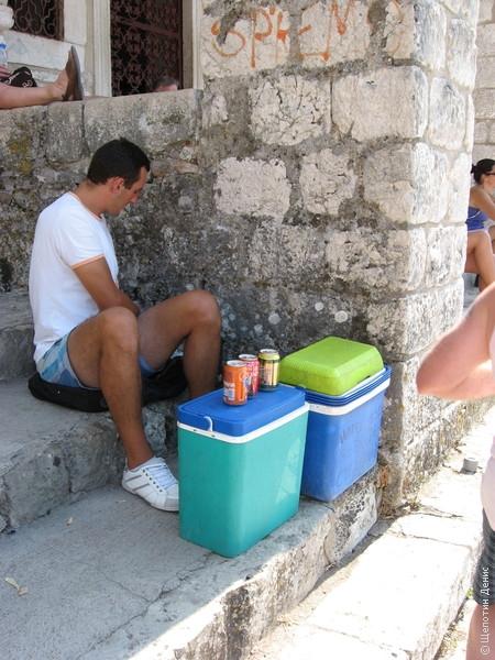 Местные умудряются поднимать туда же холодильники с напитками. И, кстати, не звереют в плане ценообразования