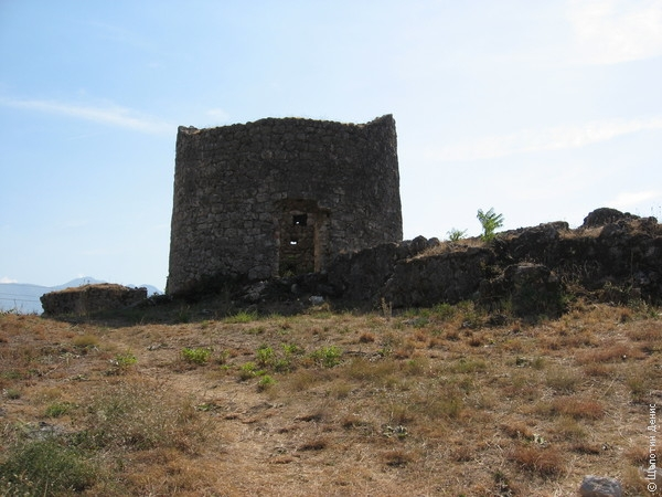Форт находится в свободном доступе, а потому башня, например, изрядно загажена