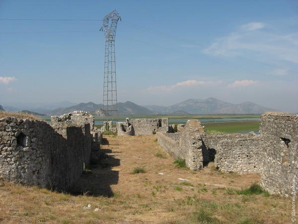 Опора ЛЭП на территории исторического памятника