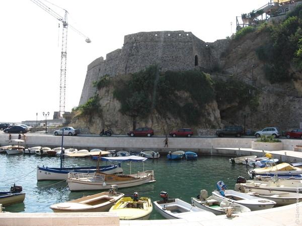 Основная достопримечательность - крепость. Летом 2011 года шло активное строительства лифта, а пока туристы по старинке взбирались к ней пешком.