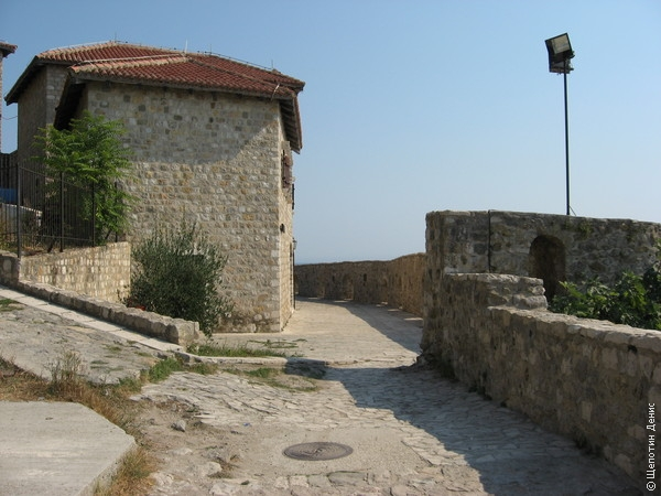 Внутри крепость давно уже обжита и смотреть там (в плане фортификации) уже почти нечего