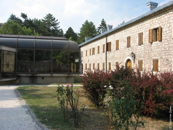 Во дворе дворца стоит павильон, в котором находится макет Черногории