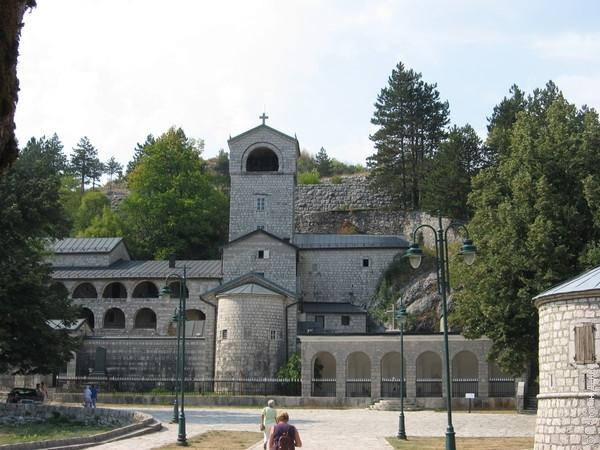 А это Цетиньский монастырь - резиденция митрополита и место, в котором хранится десница (кисть руки) Иоанна Крестителя, которой, по преданию, он крестил Иисуса Христа