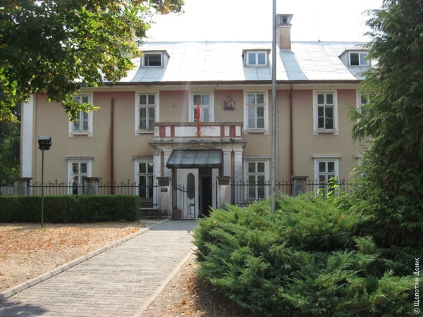 Здание бывшего посольства Великобритании теперь занимает музыкальная гимназия