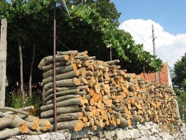 ...а вот дрова и горный воздух - здешние, негушские