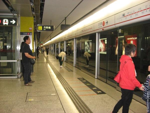 Платформа огорожена от путей стеклянной стеной
