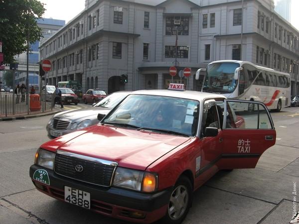 Гонконгское такси. На заднем плане - Ya Mai Tei Police Station