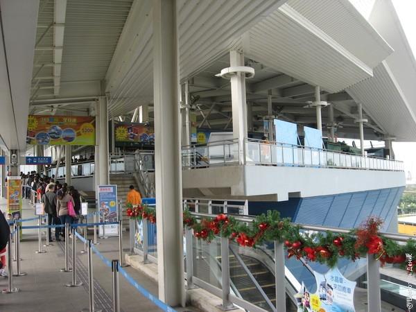 Станция Tung Chung на острове Лантау - конечная на оранжевой ветке гонконгского метро. Здесь находится аутлет CityGate и станция канатной дороги, ведущей к монастырю По Линь и Большому Будде.