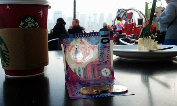 """А вот 10 гонконгских долларов из пластика, с прозрачным \""""окошком\""""."""