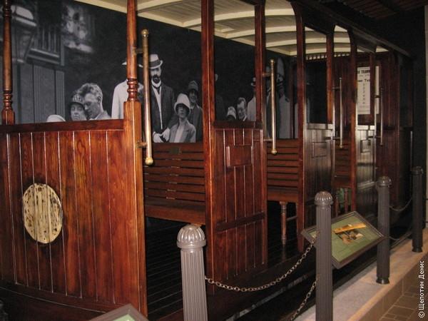 В ожидании фуникулера можно посмотреть на небольшую экспозицию, посвященную более чем 100-летней истории Peak Tramway