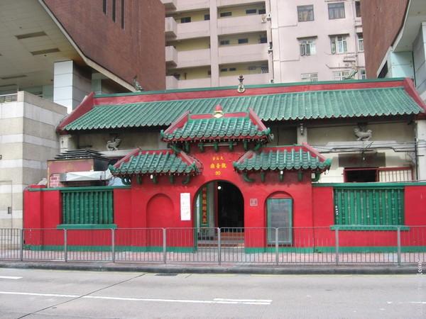 Храм Kwunyam буквально втиснут между двумя высотками