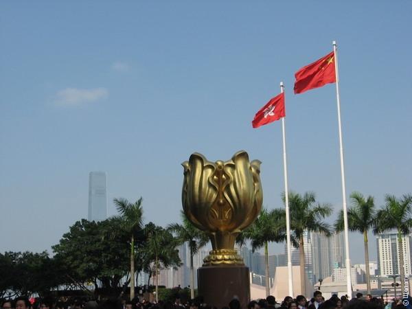 Золотая баухиния - символ Гонконга, водруженный в честь возвращения его Китаю