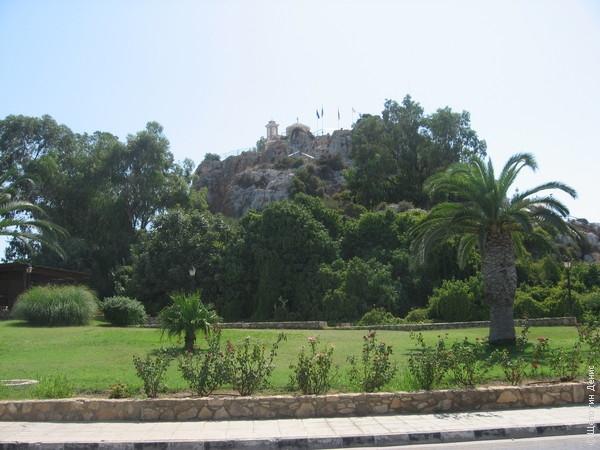 Церковь Profitis Ilias (Ильи Пророка) располагается на небольшой горе в черте города
