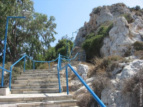 К ней ведет широкая оборудованная лестница. Подъем не слишком утомительный даже в полуденную жару