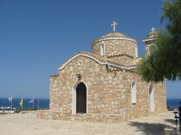 Церковь Профитис Илиас, по сути, единственная достопримечательность Протараса. Ну кроме моря разумеется