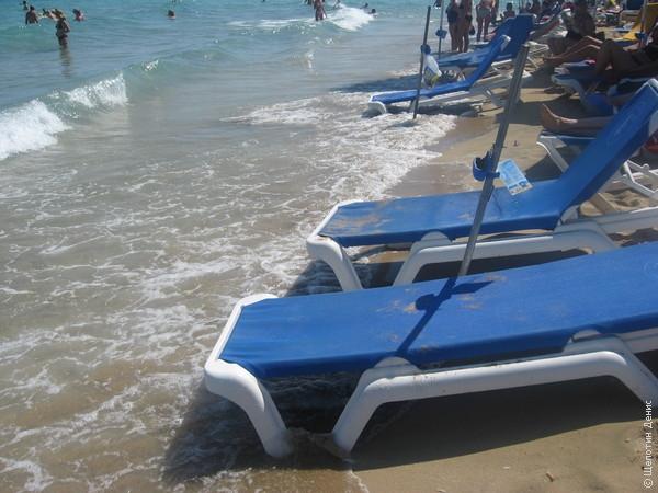 Как следствие волна по пологому пляжу докатывалась до ближайшего ряда лежаков...
