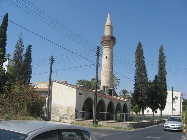 В Ларнаке несмотря на все известные события мирно, как показалось, сосуществуют мусульманская и христианская общины