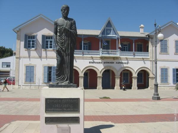Статуя самому известному китионцу - древнегреческому философу, основоположнику школы стоиков Зенону