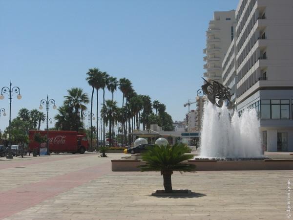 От Зенона начинается городская набережная Финикудес - променад с финиковыми пальмами вдоль городского пляжа и бесчисленных кафе и баров
