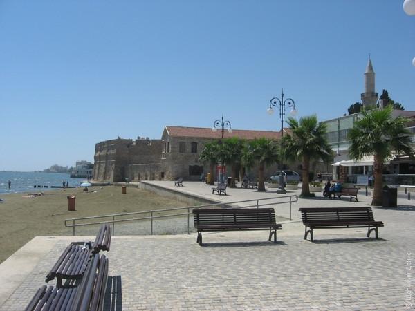 На западе набережная Финикудес упирается в средневековый форт