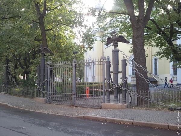 Ограда Спасо-Преображенского собора со столбами из турецких пушек — главное впечатление «туристической» части поездки