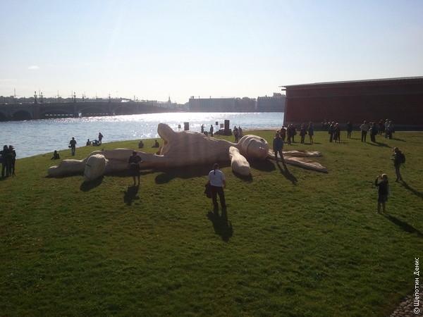 На Заячьем острове (Петропавловская крепость) по случаю фестиваля современного искусства положили загорать соломенного зайца